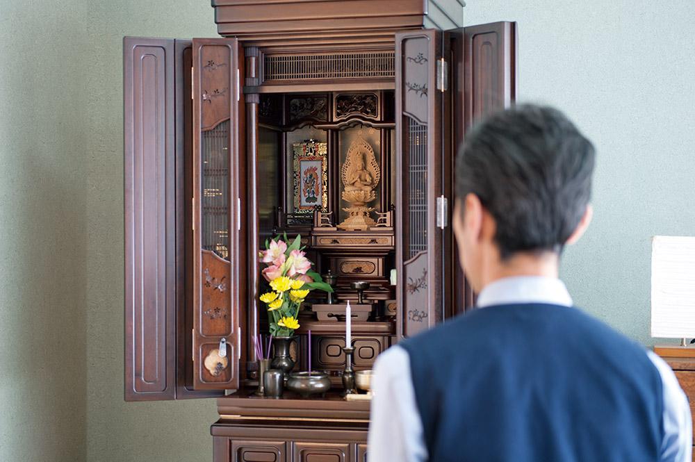お仏壇の前で